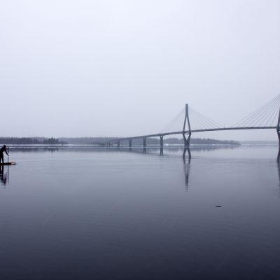Vaasalainen Henriikka Järvinen SUP-laudalla Raippaluodon sillan kupeessa.