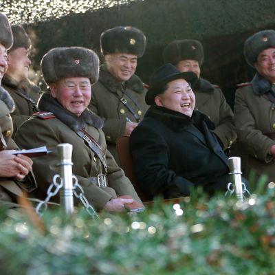 Pohjois-Korean uutistoimiston KCNA:n päiväämätön kuva maan johtajasta Kim Jong-unista ja armeijan johtohenkilöistä.