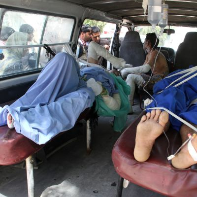 Valtava liikenneonnettomuus Afganistanissa. Kuvassa loukkaantuneita kuljetetaan sairaalaan.