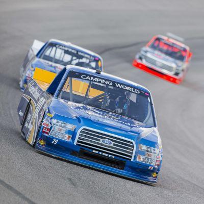 NASCAR-sarjan avolava-autoja radalla.