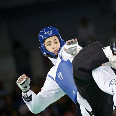 Sinisessa otteleva Kimia Alizadeh Zenoorin teki Iranille olympiahistoriaa kaataessaan Ruotsin Nikita Glasnovicin naisten 57-kiloisten pronssiotteluss Riossa.