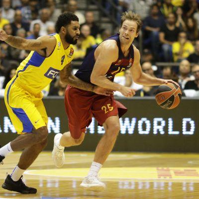 Barcelonan Petteri Koponen (oik.) Euroliigan ottelussa Maccabi Tel Avivia vastaan.