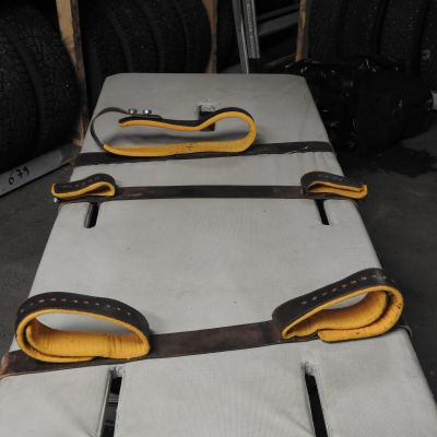 Bild på bältessäng av typ som är godkänd av polisstyrelsen och har använts i polishäktet i Esbo.