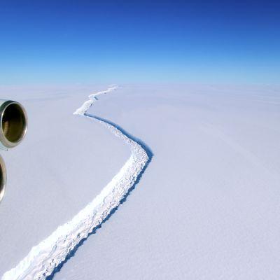 En spricka i isberget Larsen C på Antarktis.
