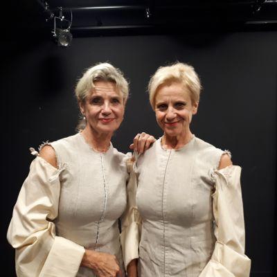 Stina och Ylva Ekblad står bredvid varandra