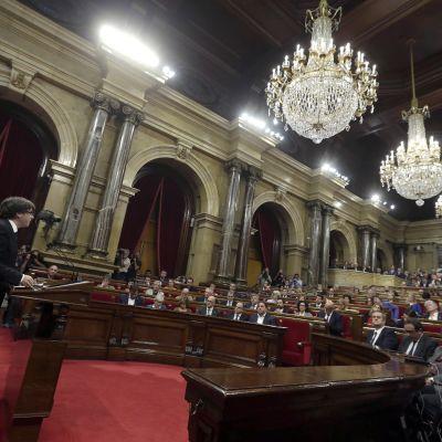 Kataloniens regionpresident Carles Puigdemont håller tal till det katalanska parlamentet 10 oktober 2017.