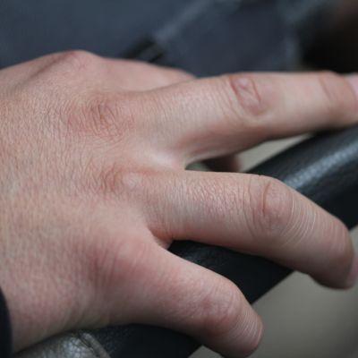 Hand vid bilratt