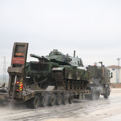 Turkiet för stridsvagnar till gränsen mot Syrien inför ett angrepp mot kurdiska gerillan YPG.