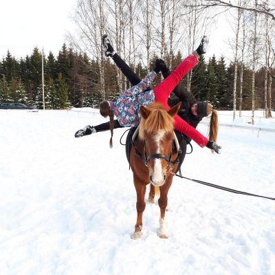 Emilia Olaussen och Emelie Brännbacka på hästen Ässämix.