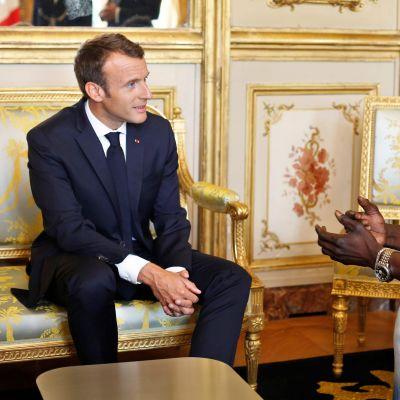 Invandraren Gassama träffar Frankrikes president Emmanuel Macron.