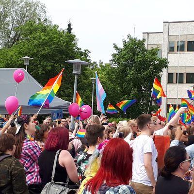 Regnbågsflaggor på Kokkola pride 2018.