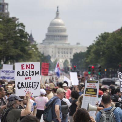 Tusentals motdemonstranter samlades i Washington för att protestera mot extremhögerns manifestation för vit makt