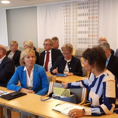 Riksdagsledamot A-M Henriksson samtalar med minister Anne Berner