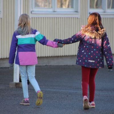 Ystävykset koulun pihalla