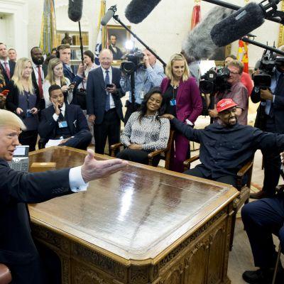 Kanye West puhui Valkoisessa talossa vaihtoehtoisista universumeista ja supervoimia antavasta lippalakista