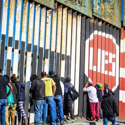 Flera hundra flyktingar från Centralamerika anlände till det amerikanska gränsstängslet mellan Tijuana och San Diego i Kalifornien