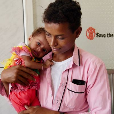 Tio månader gamla Amara i sin pappas Omas famn