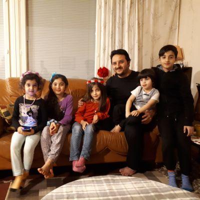 Akram Alzoubi med sina fem barn.