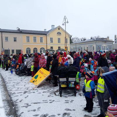 Parad med daghemsbarn i Jakobstad