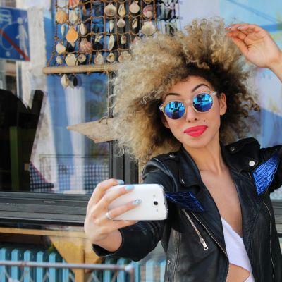 ung snygg afro-kvinna tar en selfie