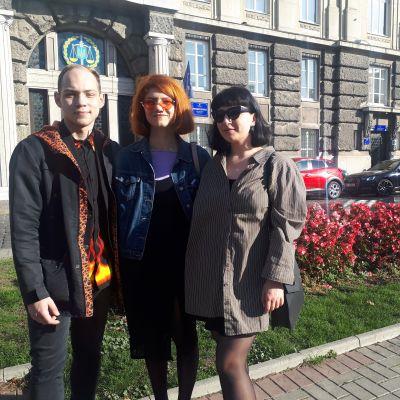 Trion poserar i Lviv.