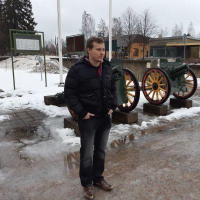 Kommundirektör Matias Hilden i Puumala fotograferad utanför kommunkansliet.