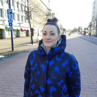 Vaatesuunnittelija Jaana Hattunen seisoo Joensuun keskustassa.