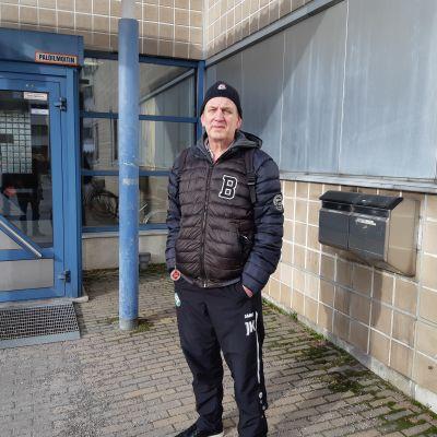 Vandabon Juha Kanerva fotograferad utanför hälsostationen i Korso.