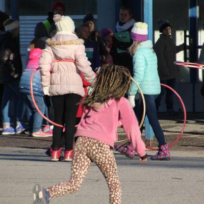 Tytöt leikkii koulun pihalla