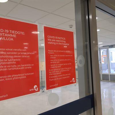 Kuopion yliopistollinen sairaala koronaviruksesta tiedottavia lappuja.