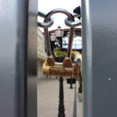 lähikuva riippulukosta, joka sulkee Zsar-ostoskylän portin