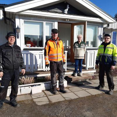 renkaiden vaihtajat Eila Ollilan talon edessä