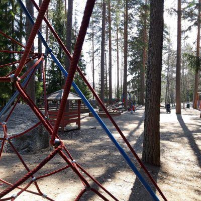 Sammakkolammen leikkipuisto Puijonlaaksossa Kuopiossa.
