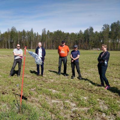Ministerit Mikkonen ja Leppä Kiteellä tutustumassa valkoposkihanhien jälkiin.