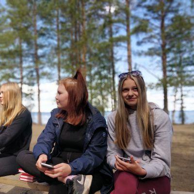 Kuvassa on rippikoululaisia Kontiolahden Hirvirannan leirikeskuksella.