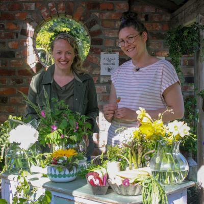 Elin Skagersten-Ström och Sandra Neuman gör floristik i lusthuset på Strömsö.