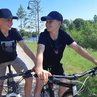 nuoria pyörillä