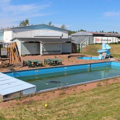 En övergiven simbassäng.