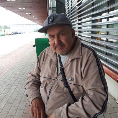 Teuvo Lokkila kemiläisen marketin  edustalla.
