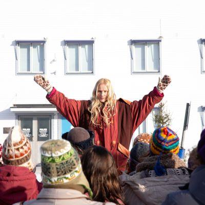 Laura Malmivaaran esittämä Anu Leinonen johtaa protestia Varjakan poliisiaseman edessä.