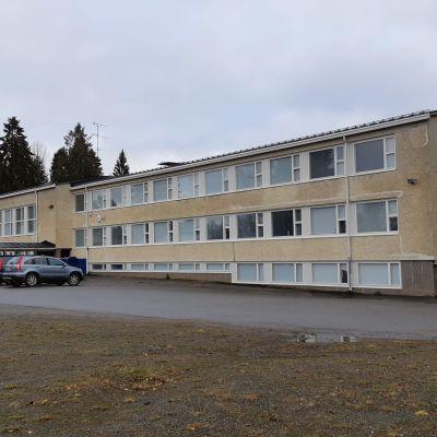 Entinen pienten koulu sijaitsee Opintien ja Tutjuntien tuntumassa.