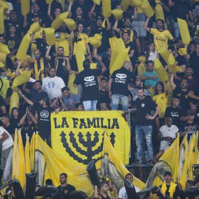 Beitar Jerusalem joukkueen kannattajia jalkapallokatsomossa Jerusalemissa.