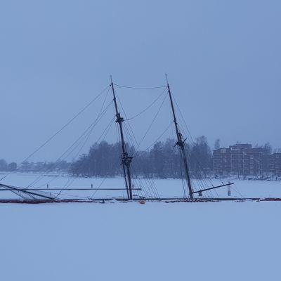 Kotkan Kantasatamaan uponnut purjelaiva kuvattuna 11.1.2021.