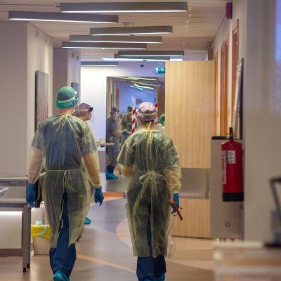 Lääkäreitä ja hoitajia Itä-Tallinnan keskussairaalan koronaosastolla.
