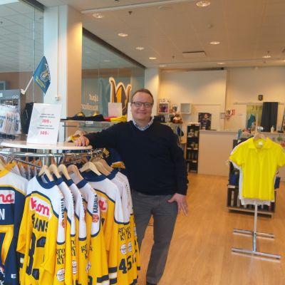 Toimitusjohtaja Antti Laakso Jukurit Shopissa.