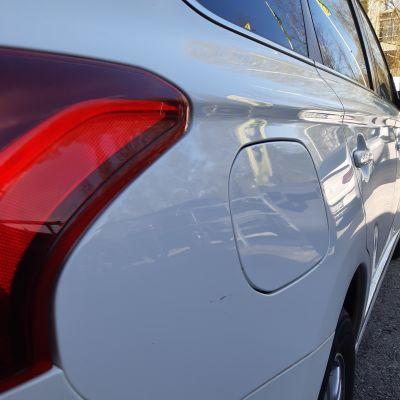 Tanklucka på en vit bil