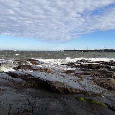 Aallot lyövät kallioon Porin Kallossa.