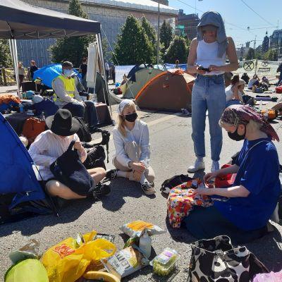 Fyra kvinnor som deltar i Elokapinas klimatprotest på Mannerheimvägen
