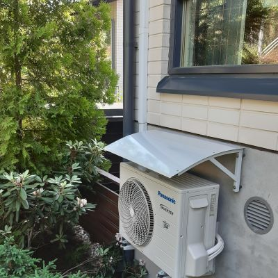 Luftvärmepump på husvägg