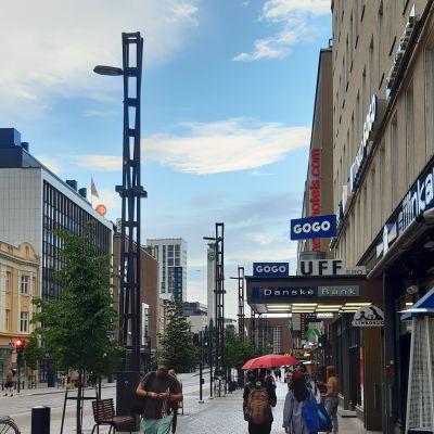 Trottoar i centrum av Tammerfors med fotgängare och Danske Banks skylt